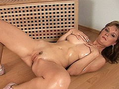 Big natural Breast Babe show her flexi Body