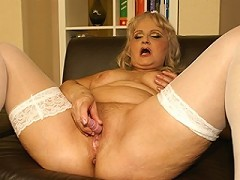 Kinky mama loves to play with herself